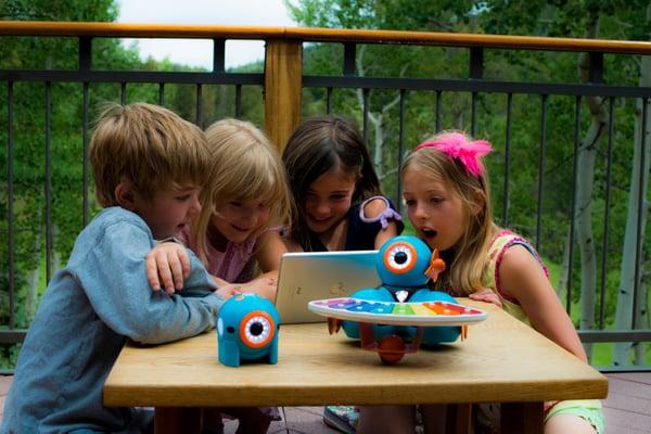 kids-controlling-robot-music