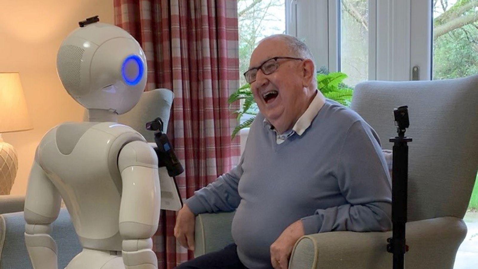 skynews-pepper-robot-care-home_5090092